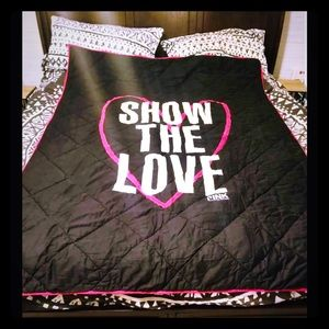 "VS ""SHOW THE LOVE"" TWIN/FULL SZ COMFORTER/RARE"